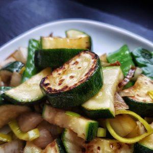 Rezept Gemüsepfanne: schnell und einfach in der Pfanne Gemüse, das man roh essen kann, anbraten