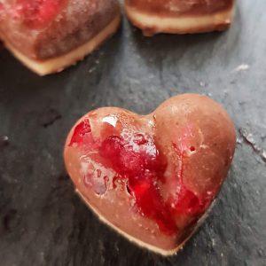 Himbeer-Herz-Pralinen ohne Zucker. Pralinen schnell und einfach selber machen - nicht nur zum Valentinstag!