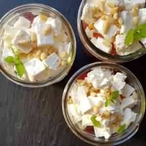 zuckerfreier Wassermelonensalat mit Feta, Minze, Pinienkernen